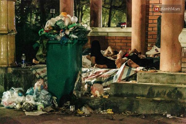 Chùm ảnh: Du khách thuê bạt 150k/đêm nằm ngủ la liệt ngoài trời, xung quanh những thùng rác thải chất đống tại đền Hùng-10