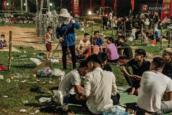 Chùm ảnh: Du khách thuê bạt 150k/đêm nằm ngủ la liệt ngoài trời, xung quanh những thùng rác thải chất đống tại đền Hùng-11