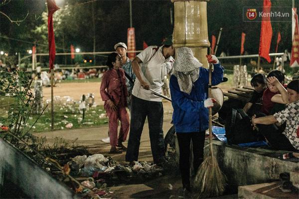Chùm ảnh: Du khách thuê bạt 150k/đêm nằm ngủ la liệt ngoài trời, xung quanh những thùng rác thải chất đống tại đền Hùng-12