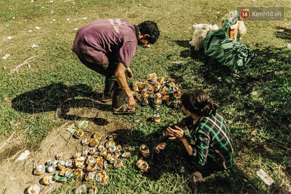 Chùm ảnh: Du khách thuê bạt 150k/đêm nằm ngủ la liệt ngoài trời, xung quanh những thùng rác thải chất đống tại đền Hùng-13