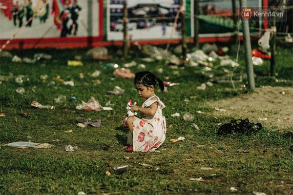 Chùm ảnh: Du khách thuê bạt 150k/đêm nằm ngủ la liệt ngoài trời, xung quanh những thùng rác thải chất đống tại đền Hùng-14