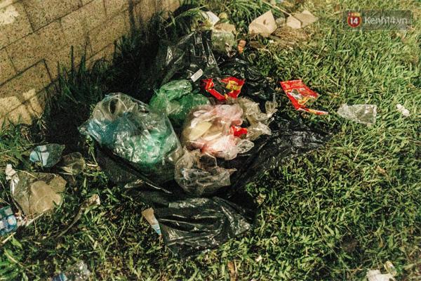 Chùm ảnh: Du khách thuê bạt 150k/đêm nằm ngủ la liệt ngoài trời, xung quanh những thùng rác thải chất đống tại đền Hùng-15