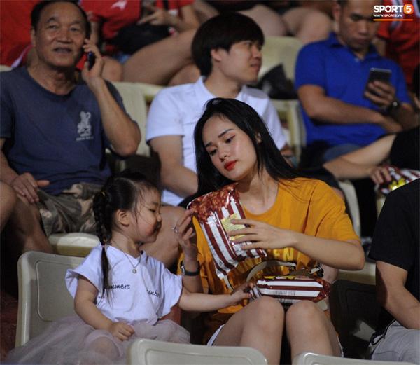 Bạn gái Trọng Đại nũng nịu cực đáng yêu sau trận đấu trên sân Hàng Đẫy-1
