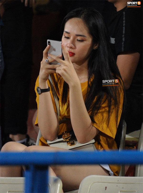 Bạn gái Trọng Đại nũng nịu cực đáng yêu sau trận đấu trên sân Hàng Đẫy-2