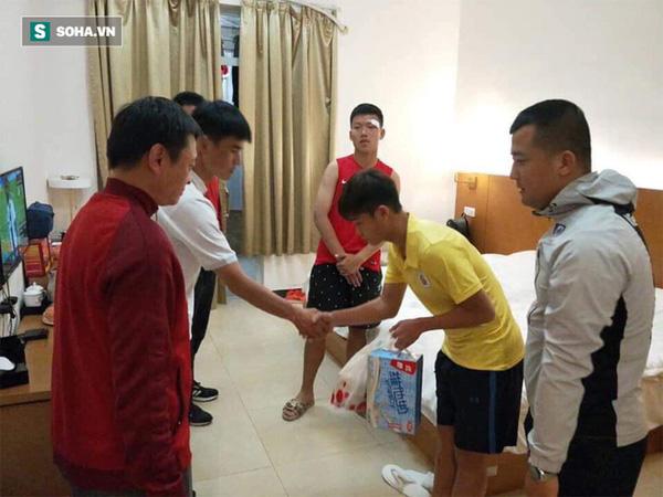 Cầu thủ Việt Nam xin lỗi đội trưởng Trung Quốc sau pha đấm thẳng mặt chảy bê bết máu-2