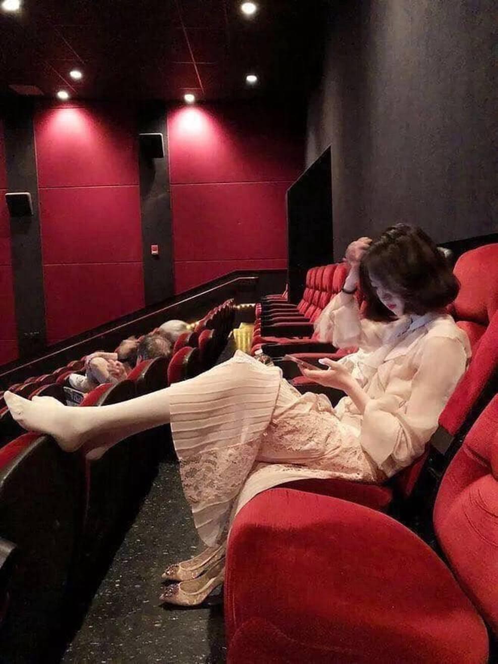 Gái xinh đi xem phim tháo cả giày gác chân lên ghế trước, dân mạng người ném đá kẻ bênh: Đẹp auto không có lỗi?-1