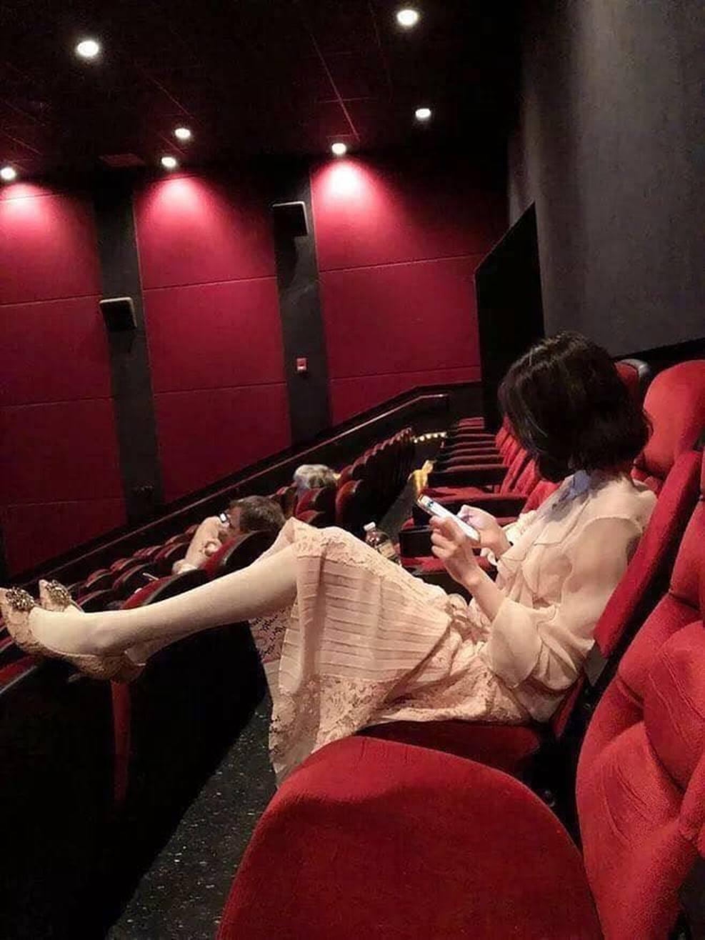 Gái xinh đi xem phim tháo cả giày gác chân lên ghế trước, dân mạng người ném đá kẻ bênh: Đẹp auto không có lỗi?-2