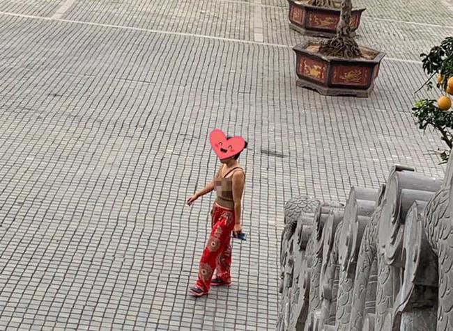 Vào chùa bái Phật nhưng mặc áo hai dây, thả rông vòng 1, chị gái bị dân mạng chỉ trích gay gắt-1