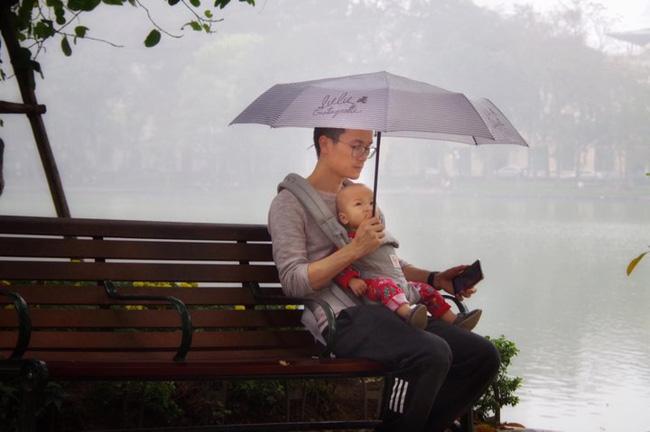 Địu con trước ngực dạo bờ hồ ngày mưa bụi, sắc mặt của bố bỉm sữa mới là thứ gây chú ý-1