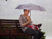 Địu con trước ngực dạo bờ hồ ngày mưa bụi, sắc mặt của bố bỉm sữa mới là thứ gây chú ý