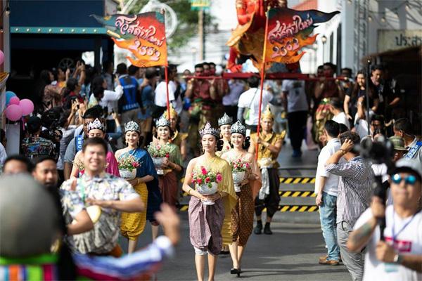 Dân tình náo loạn với nhan sắc cực phẩm của nữ thần Thungsa trong lễ Songkran 2019 tại Thái Lan-13