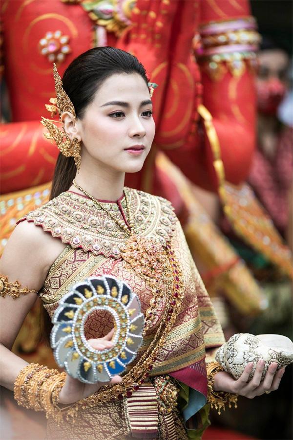 Dân tình náo loạn với nhan sắc cực phẩm của nữ thần Thungsa trong lễ Songkran 2019 tại Thái Lan-3