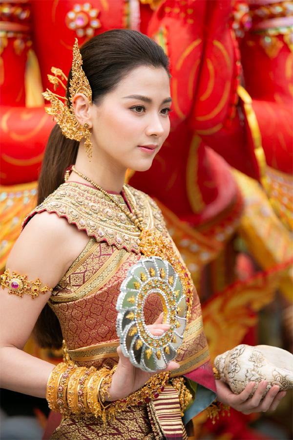 Dân tình náo loạn với nhan sắc cực phẩm của nữ thần Thungsa trong lễ Songkran 2019 tại Thái Lan-4