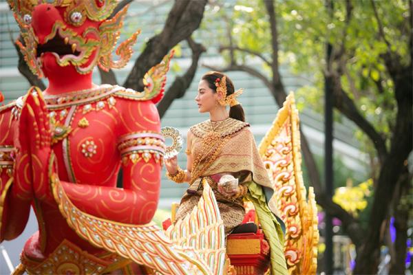 Dân tình náo loạn với nhan sắc cực phẩm của nữ thần Thungsa trong lễ Songkran 2019 tại Thái Lan-7