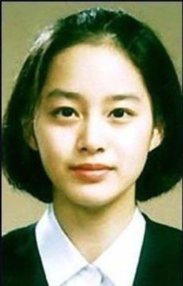 Vẻ đẹp của Kim Tae Hee: Từ nữ thần đại học đến biểu tượng nhan sắc, cả cái bóng phản chiếu trên tường cũng thừa sức gây sốt-1