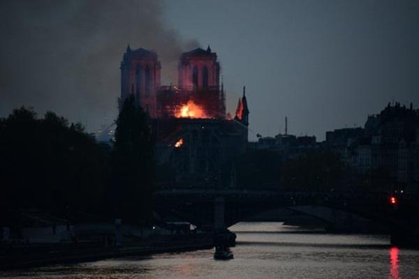 Hỏa hoạn dữ dội bao phủ Nhà thờ Đức Bà Paris, đỉnh tháp 850 năm tuổi sụp đổ-1