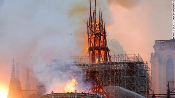 Hỏa hoạn dữ dội bao phủ Nhà thờ Đức Bà Paris, đỉnh tháp 850 năm tuổi sụp đổ-2