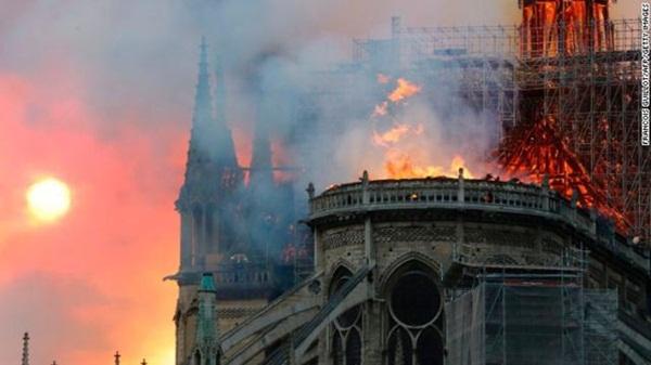 Hỏa hoạn dữ dội bao phủ Nhà thờ Đức Bà Paris, đỉnh tháp 850 năm tuổi sụp đổ-3