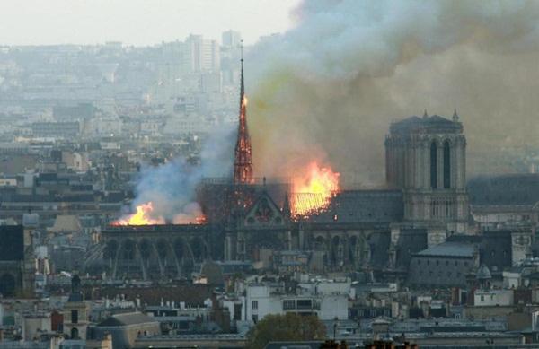 Hỏa hoạn dữ dội bao phủ Nhà thờ Đức Bà Paris, đỉnh tháp 850 năm tuổi sụp đổ-4