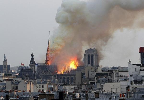 Hỏa hoạn dữ dội bao phủ Nhà thờ Đức Bà Paris, đỉnh tháp 850 năm tuổi sụp đổ-5