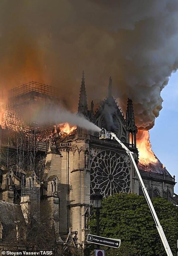 Hỏa hoạn dữ dội bao phủ Nhà thờ Đức Bà Paris, đỉnh tháp 850 năm tuổi sụp đổ-7