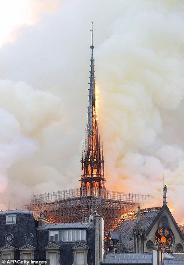 Hỏa hoạn dữ dội bao phủ Nhà thờ Đức Bà Paris, đỉnh tháp 850 năm tuổi sụp đổ-8