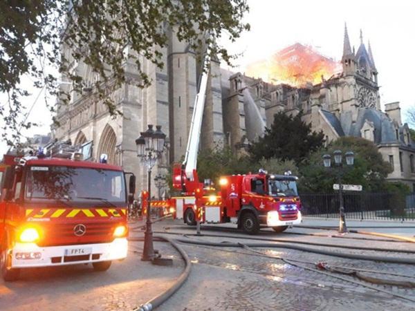 Hỏa hoạn dữ dội bao phủ Nhà thờ Đức Bà Paris, đỉnh tháp 850 năm tuổi sụp đổ-9