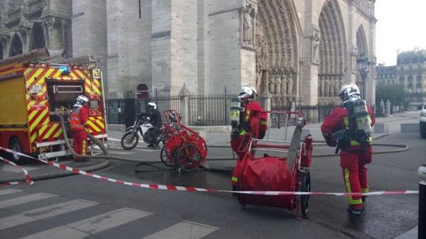 Hỏa hoạn dữ dội bao phủ Nhà thờ Đức Bà Paris, đỉnh tháp 850 năm tuổi sụp đổ-10