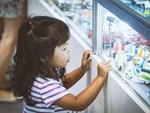 Cậu bé 2 tuổi gây sốt vì rửa rau, quét nhà thành thục nhờ bí kíp dạy con thông minh của mẹ trẻ-4
