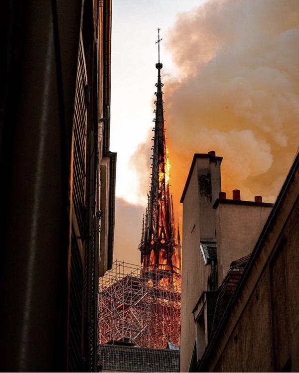 Những hình ảnh thảm khốc khi ngọn lửa lớn tàn phá Nhà thờ Đức Bà Paris tối 15/4-2