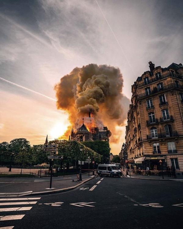 Những hình ảnh thảm khốc khi ngọn lửa lớn tàn phá Nhà thờ Đức Bà Paris tối 15/4-4
