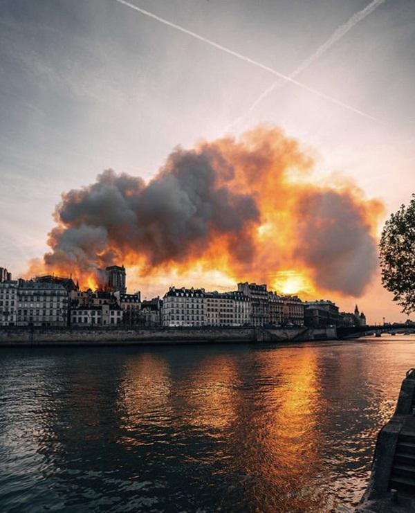 Những hình ảnh thảm khốc khi ngọn lửa lớn tàn phá Nhà thờ Đức Bà Paris tối 15/4-5