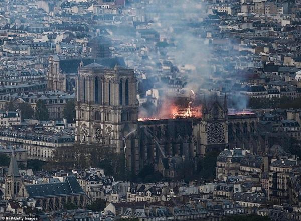Những hình ảnh thảm khốc khi ngọn lửa lớn tàn phá Nhà thờ Đức Bà Paris tối 15/4-6