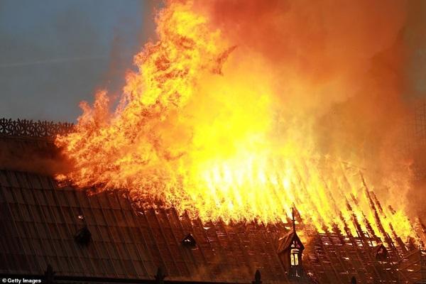Những hình ảnh thảm khốc khi ngọn lửa lớn tàn phá Nhà thờ Đức Bà Paris tối 15/4-10