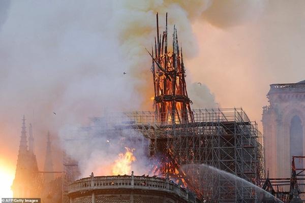 Những hình ảnh thảm khốc khi ngọn lửa lớn tàn phá Nhà thờ Đức Bà Paris tối 15/4-11
