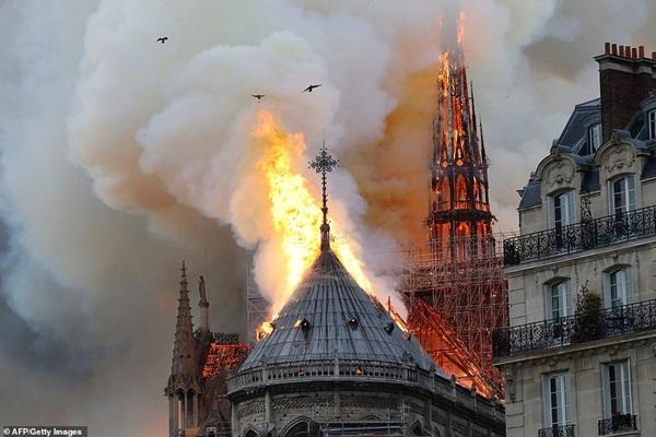 Những hình ảnh thảm khốc khi ngọn lửa lớn tàn phá Nhà thờ Đức Bà Paris tối 15/4-12