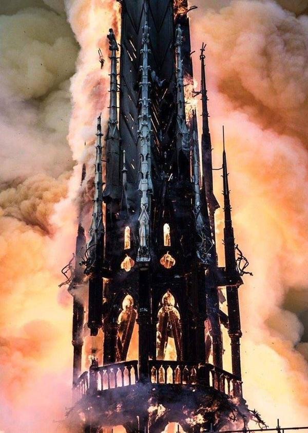 Những hình ảnh thảm khốc khi ngọn lửa lớn tàn phá Nhà thờ Đức Bà Paris tối 15/4-8