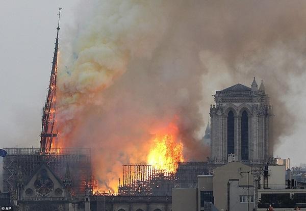 Những hình ảnh thảm khốc khi ngọn lửa lớn tàn phá Nhà thờ Đức Bà Paris tối 15/4-9
