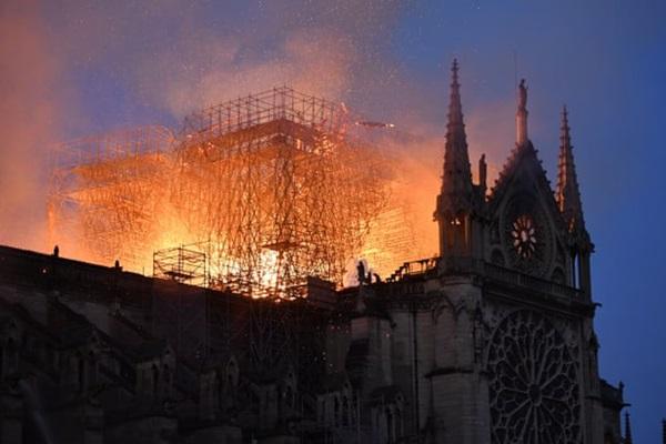 Những hình ảnh thảm khốc khi ngọn lửa lớn tàn phá Nhà thờ Đức Bà Paris tối 15/4-14