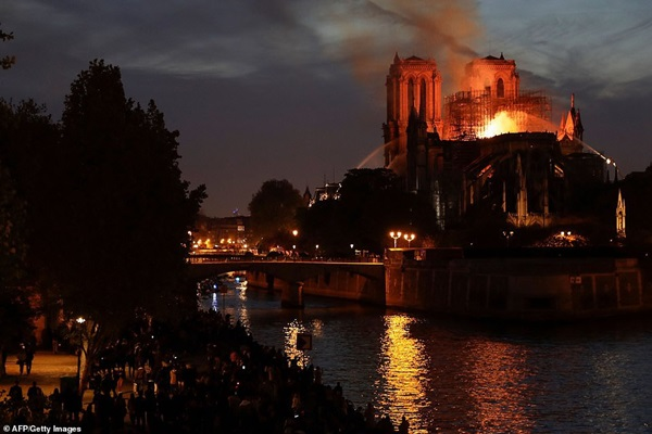Những hình ảnh thảm khốc khi ngọn lửa lớn tàn phá Nhà thờ Đức Bà Paris tối 15/4-15
