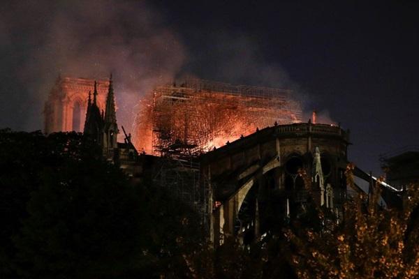 Những hình ảnh thảm khốc khi ngọn lửa lớn tàn phá Nhà thờ Đức Bà Paris tối 15/4-16