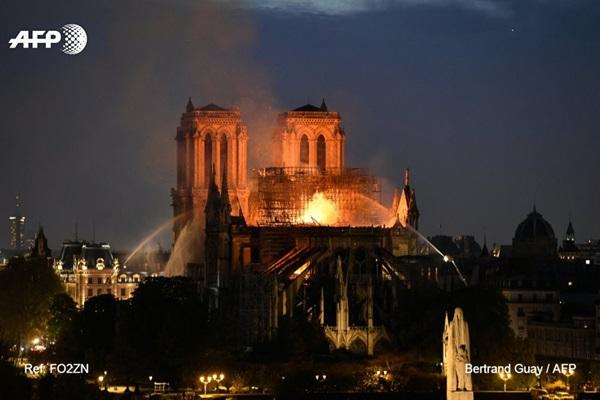 Những hình ảnh thảm khốc khi ngọn lửa lớn tàn phá Nhà thờ Đức Bà Paris tối 15/4-17