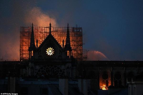 Những hình ảnh thảm khốc khi ngọn lửa lớn tàn phá Nhà thờ Đức Bà Paris tối 15/4-18