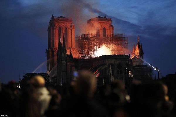 Những hình ảnh thảm khốc khi ngọn lửa lớn tàn phá Nhà thờ Đức Bà Paris tối 15/4-20