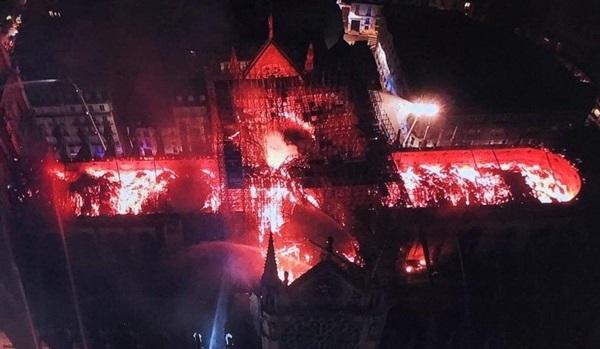 Những hình ảnh thảm khốc khi ngọn lửa lớn tàn phá Nhà thờ Đức Bà Paris tối 15/4-21