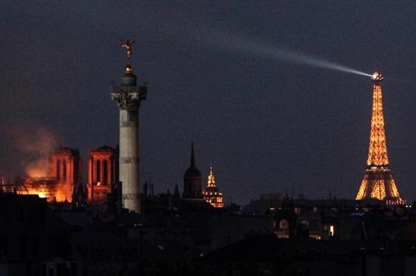 Những hình ảnh thảm khốc khi ngọn lửa lớn tàn phá Nhà thờ Đức Bà Paris tối 15/4-22