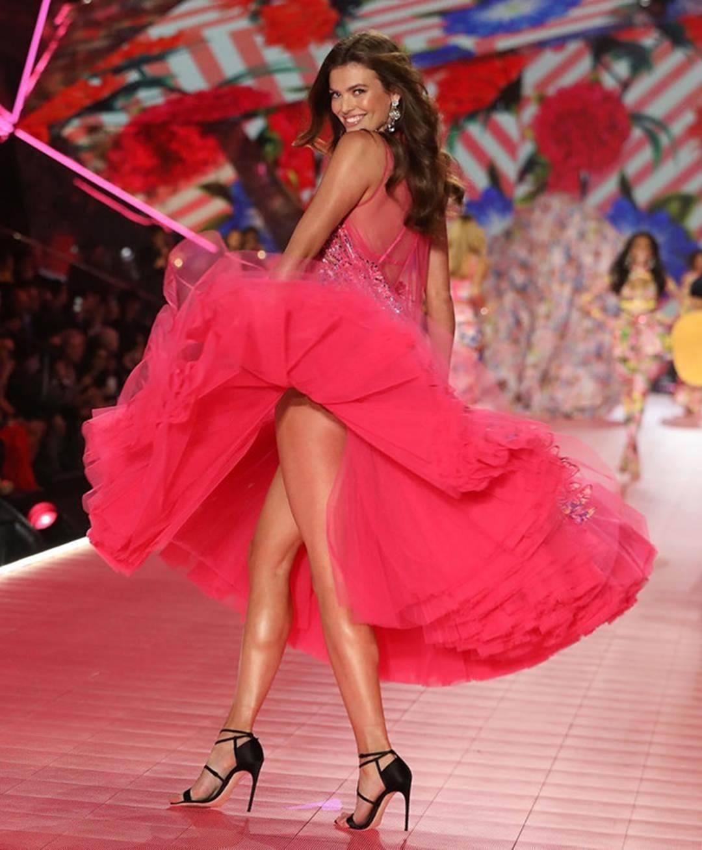 Vẻ đẹp rực rỡ của mỹ nhân Victorias Secret vừa đến VN thăm HHen Niê-8
