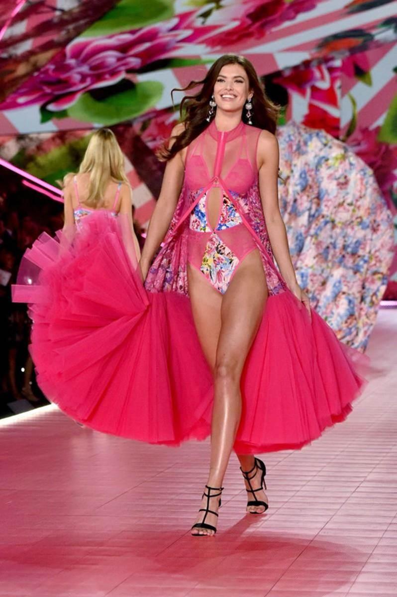 Vẻ đẹp rực rỡ của mỹ nhân Victorias Secret vừa đến VN thăm HHen Niê-9