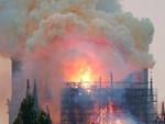 Hé lộ lí do thực sự khiến Nhà thờ Đức Bà Paris chìm trong khói lửa và phải mất nhiều giờ mới có thể dập tắt được đám cháy-5