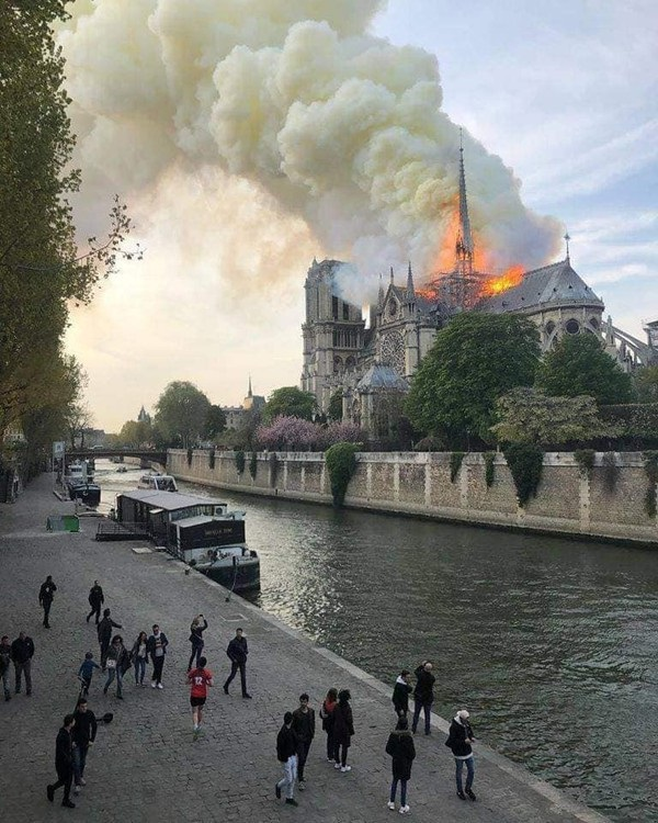 Nhà thờ Đức Bà đổ sập: Giọt nước mắt suy sụp của người dân và hành động đầu tiên của Tổng thống Pháp-10